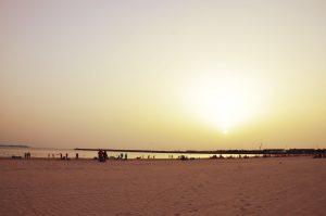 inicio de un atardecer en una playa de Cádiz
