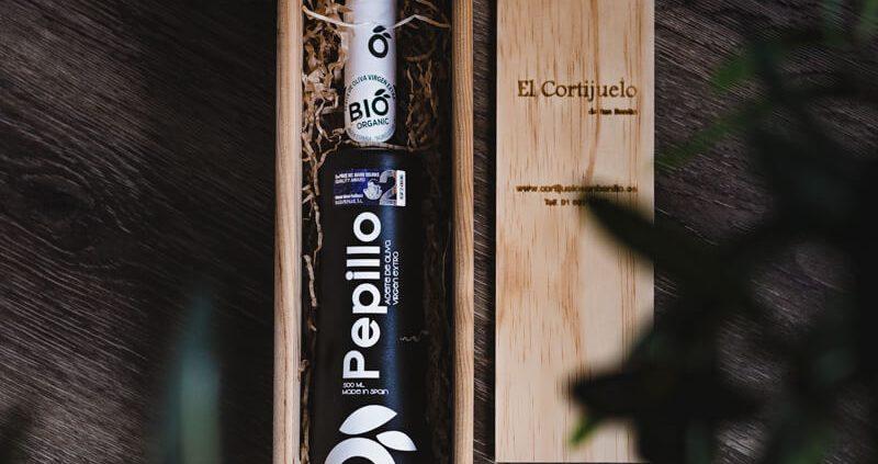 Geschenk 1, fantastische Holzkiste mit einer Flasche nativem Olivenöl extra.
