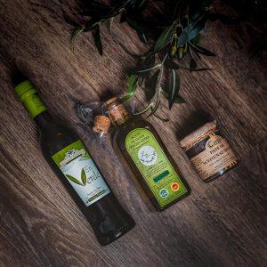 Aceite de olilva y paté de aceitunas negras