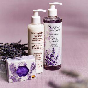 Cesta con productos de cosmética natural de miel y lavanda