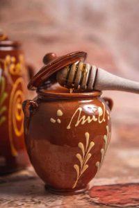 Bote de miel con cuchara